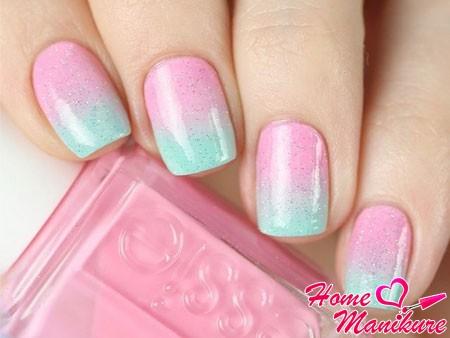 розово-бирюзовое омбре на ногтях