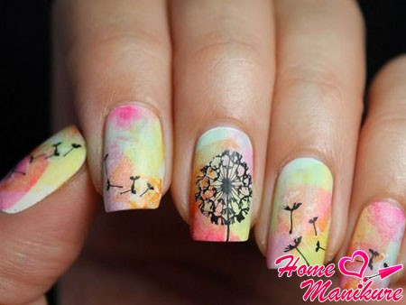 дизайн с одуванчиком на ногтях