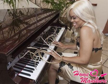 Крис Волтон играет на пианино