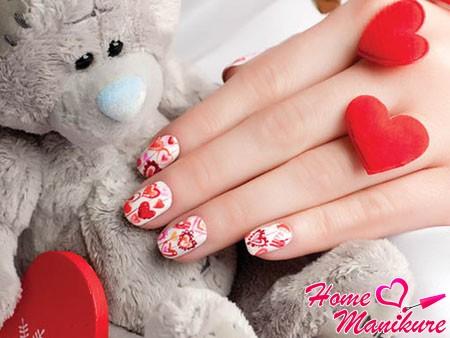Романтичные сердечки – интересная идея для маникюра