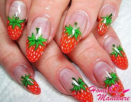 нарощенные ногти с клубникой