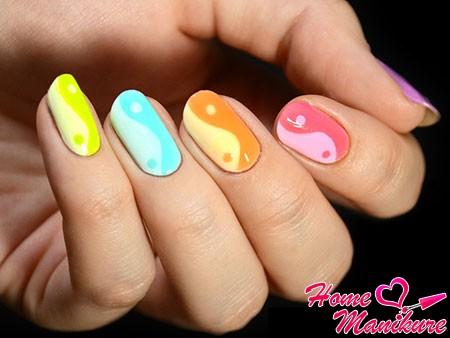 разноцветный нейл-арт Инь-Янь
