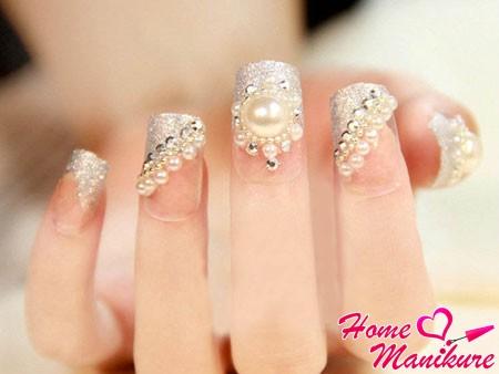 серый дизайн ногтей с жемчужинами