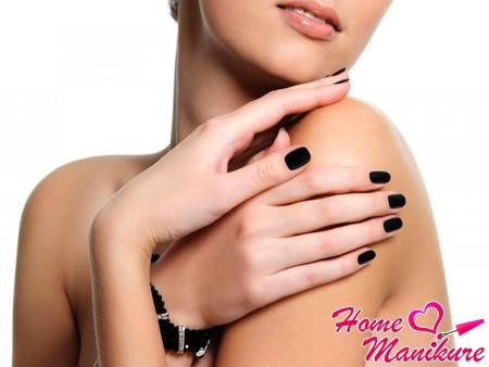 черное покрытие на ногтях