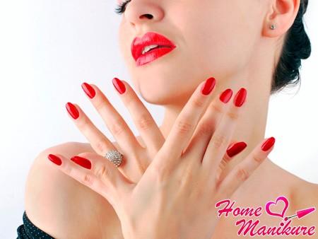 красный цвет ногтей для Нового года