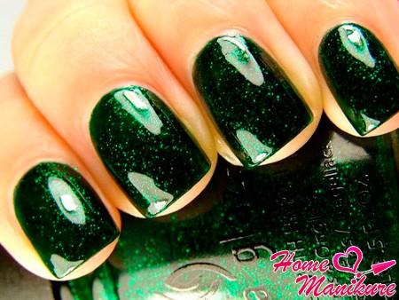 монотонный зеленый маникюр