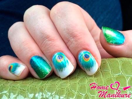 перо павлина на ногтях
