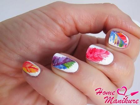 разноцветные перья на ногтях