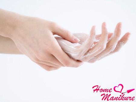 девушка моет руки