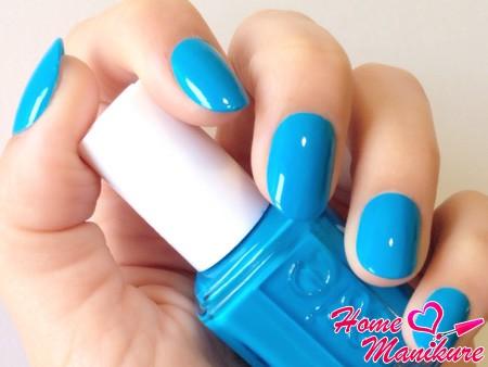 голубое покрытие ногтей