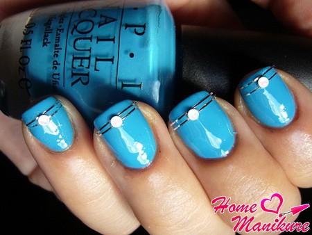 голубой нейл-арт с полосками из фольги