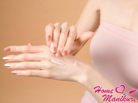 нанесение крема перед массажем рук