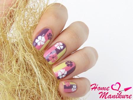 нейл-арт с полосками и цветами