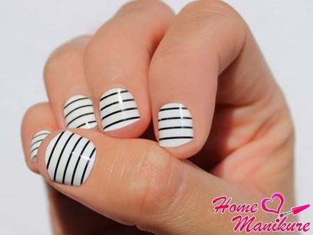 нейл-арт с полосками на коротких ногтях