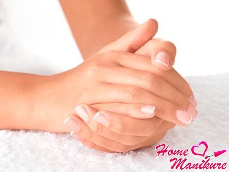 Как укрепляют ногти акриловой пудрой?