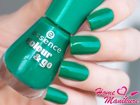 зеленое покрытие ногтей