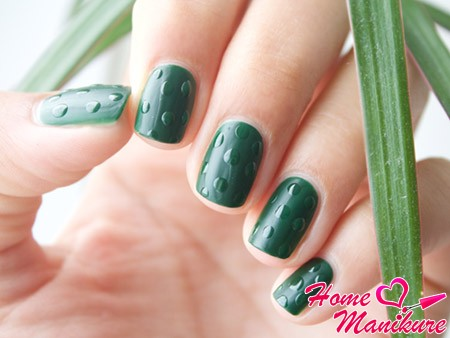 зеленый нейл-арт с капельками