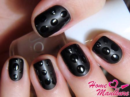 черный дизайн ногтей с каплями