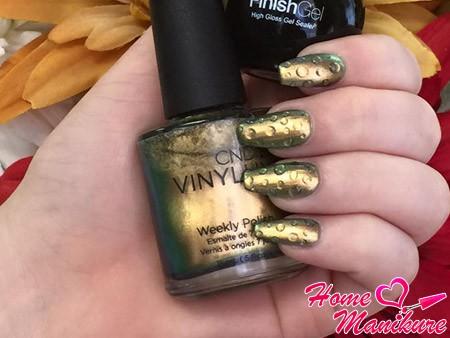 капельки на золотых ногтях