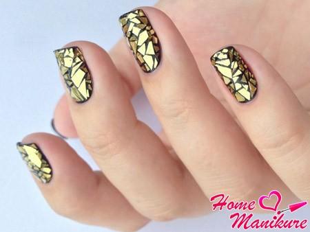 золотое битое стекло на ногтях