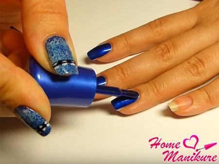 нанесение синего лака на ногти