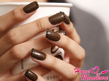 кофейный дизайн ногтей со стразами