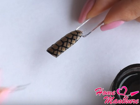 рисование черной сеточки на ногтях