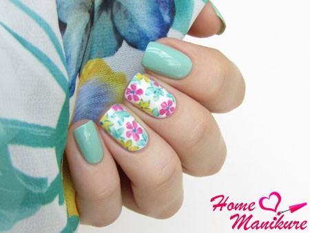 бело-мятный маникюр с цветами