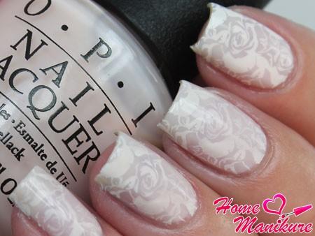 белые цветы на матовом лаке