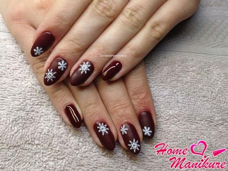 белые снежинки на бордовых ногтях