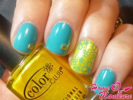 бирюзово-желтый дизайн ногтей