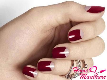 бордовый лунный дизайн ногтей