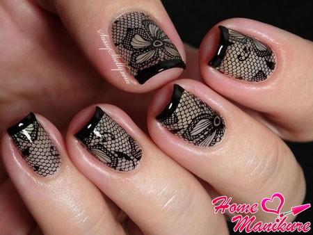 черное кружево на бежевых ногтях