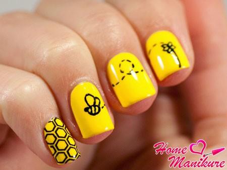 черные рисунки на желтых ногтях