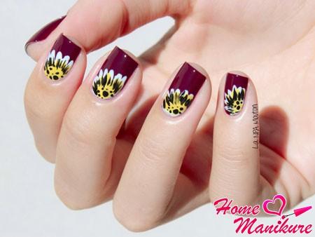 цветочные рисунки на бордовых ногтях