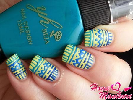 этнические рисунки на желтых ногтях