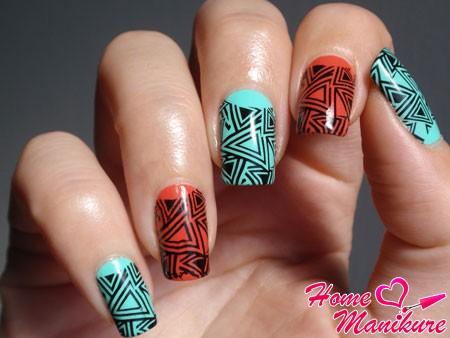 геометрический принт на бирюзовых ногтях
