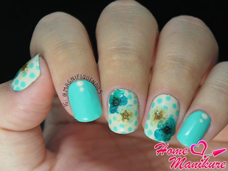 голубой нейл-арт с сухоцветами