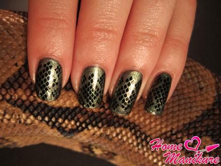 имитация змеиной кожи на ногтях