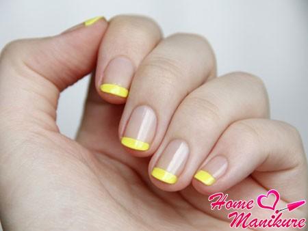 классный желтый френч на ногтях