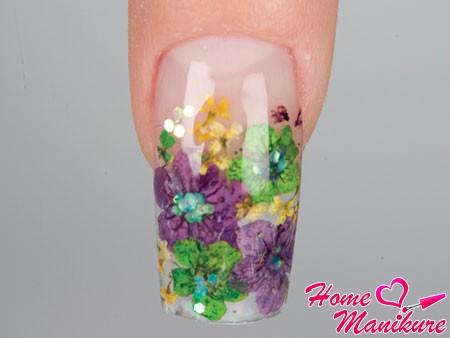 красивая выкладка сухоцветов на ногте