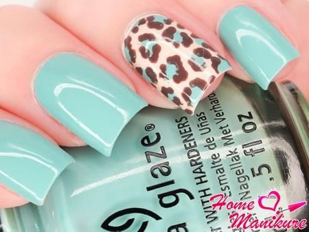леопардовый принт на мятных ногтях
