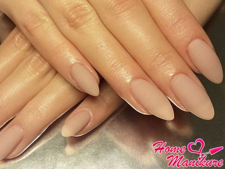 Матовый дизайн ногтей бежевый