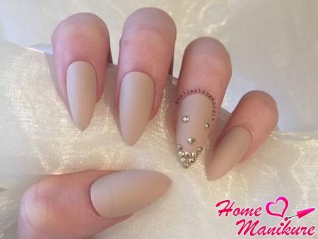матовые ногти с металлическими стразами