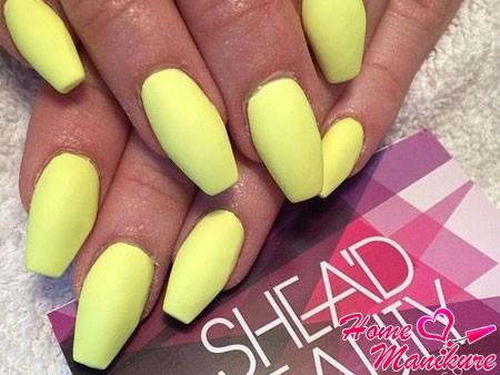 матовый желтый лак для ногтей