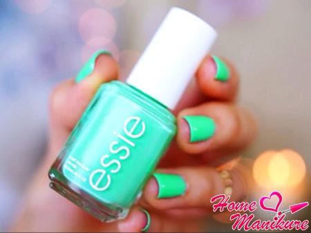 мятно-зеленый цвет ногтей