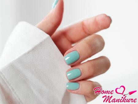 мятный цвет ногтей с голубым оттенком