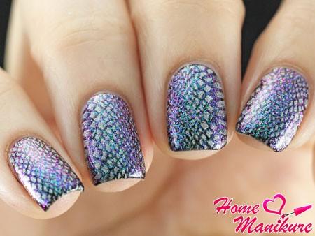 необычная имитация кожи рептилии на ногтях