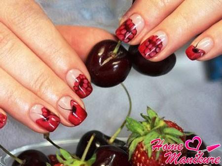 рисунки малины и вишни на ногтях