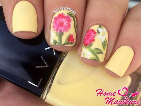 рисунок цветов на желтых ногтях